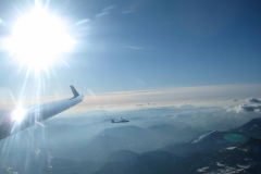 Vol d'onde dans le ressaut du Pic de Bure. Sous le planeur, la montagne des Apôtres